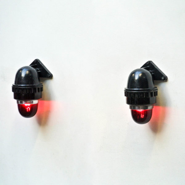 Paire d'appliques signalétiques noires au verre rouge anciellitude