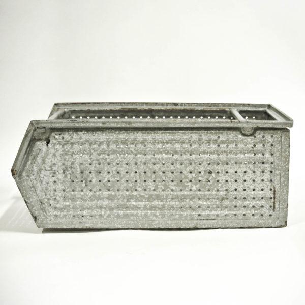 Grande caisse en métal galvanisé perforé vernie anciellitude
