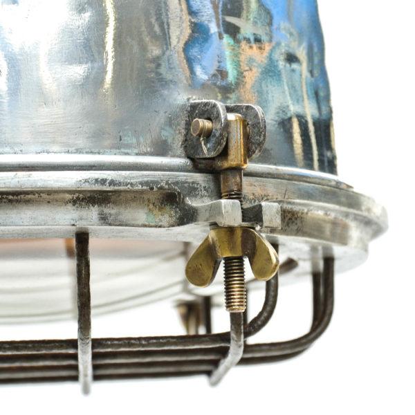 Suspension en fonte d'aluminium et verre grillagé anciellitude